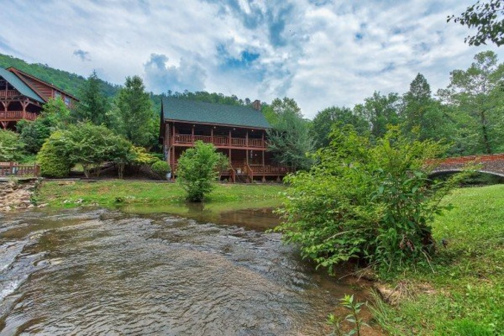 Photo of a Sevierville Cabin named Creekside Lodge - This is the thirty-eighth photo in the set.