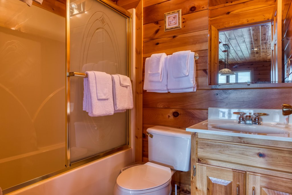Photo of a Pigeon Forge Cabin named Champion's Run - This is the twenty-fifth photo in the set.