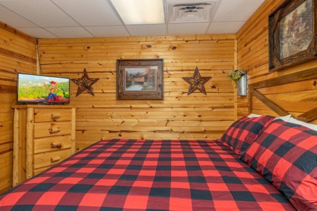 Photo of a Sevierville Cabin named Creekside Lodge - This is the thirty-third photo in the set.