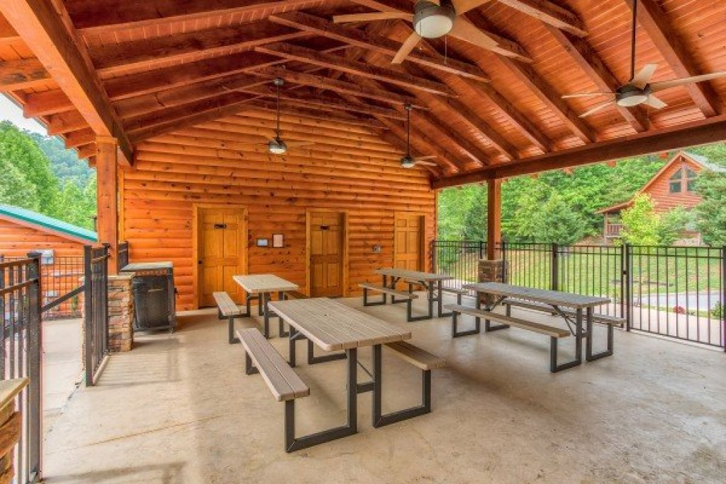Photo of a Sevierville Cabin named Creekside Lodge - This is the fifty-third photo in the set.