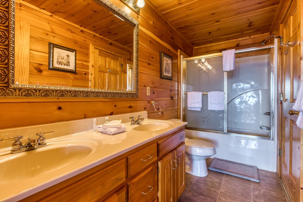Photo of a Pigeon Forge Cabin named Champion's Run - This is the twenty-ninth photo in the set.