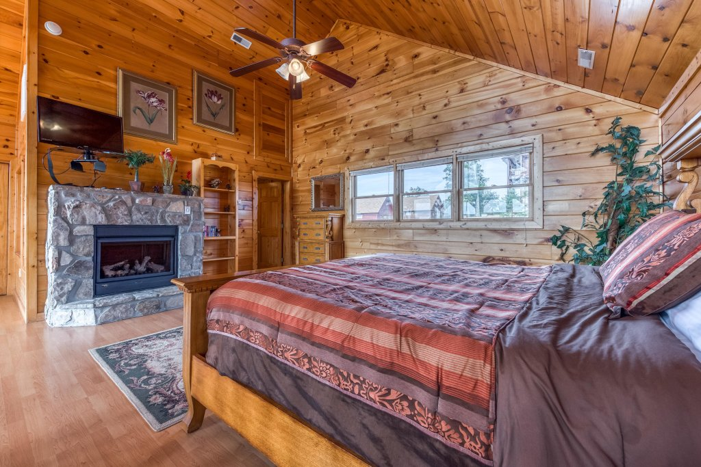 Photo of a Pigeon Forge Cabin named Champion's Run - This is the thirty-third photo in the set.