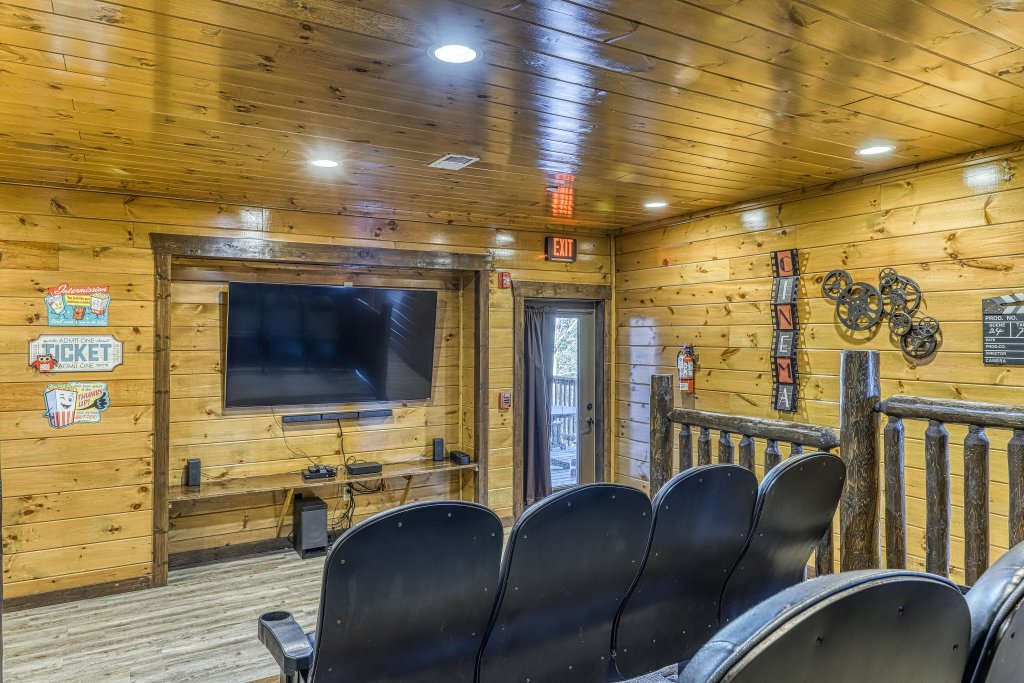 Photo of a Pigeon Forge Cabin named Mountain Splash Lodge - This is the second photo in the set.