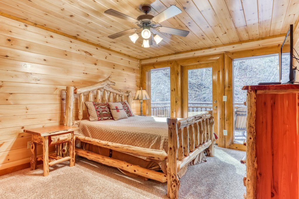 Photo of a Sevierville Cabin named Mountain Cinema Lodge - This is the thirty-fifth photo in the set.