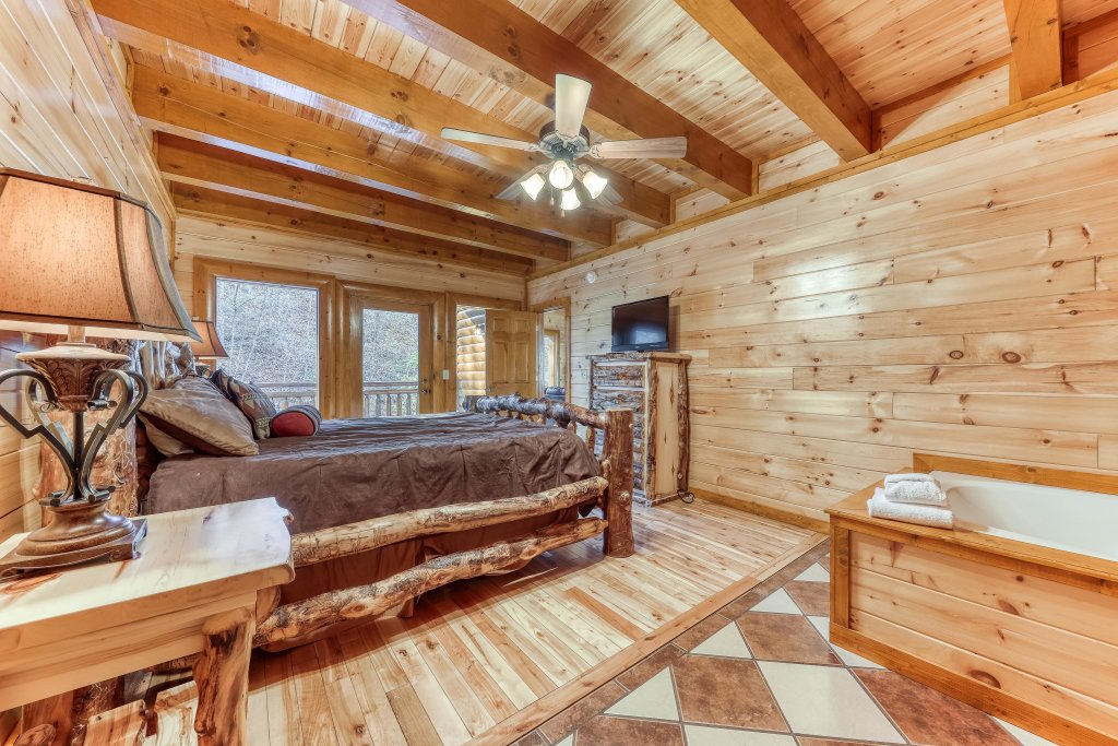 Photo of a Sevierville Cabin named Mountain Cinema Lodge - This is the twenty-ninth photo in the set.