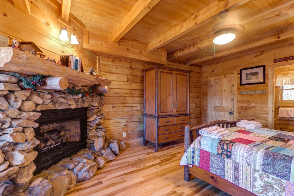Photo of a Sevierville Cabin named Majestic View #42a - This is the sixteenth photo in the set.