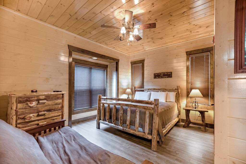 Photo of a Pigeon Forge Cabin named Aqua Dreamin' Retreat - This is the twenty-eighth photo in the set.