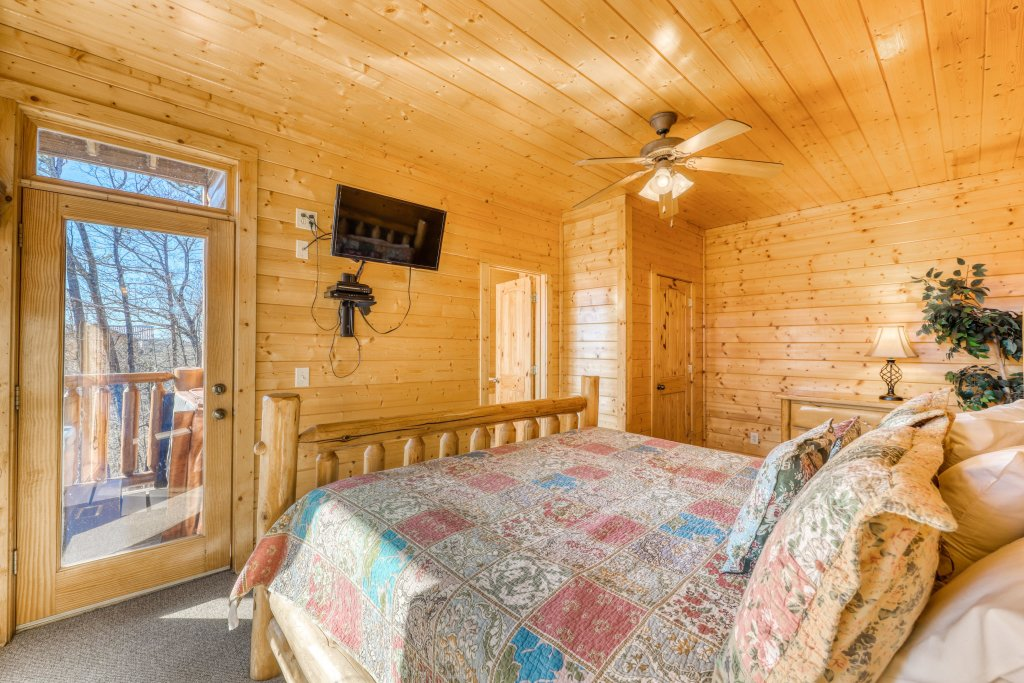 Photo of a Gatlinburg Cabin named Papa Bears Cabin - This is the forty-second photo in the set.