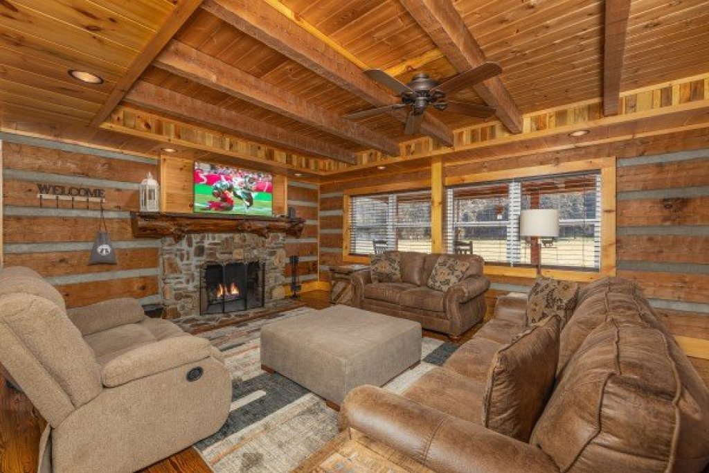 Photo of a Sevierville Cabin named Fox Creek - This is the third photo in the set.