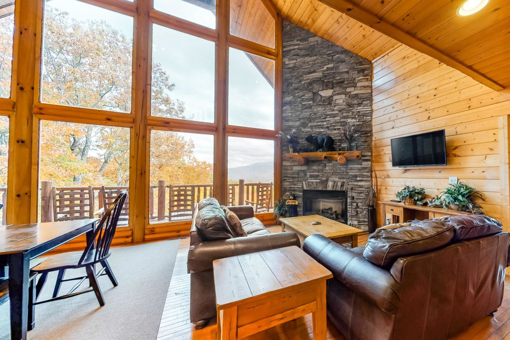 Photo of a Sevierville Cabin named Puttin' On The Ritz - This is the second photo in the set.