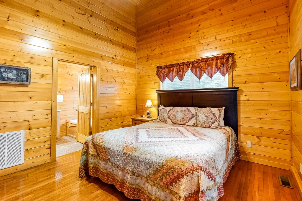 Photo of a Sevierville Cabin named Puttin' On The Ritz - This is the twelfth photo in the set.