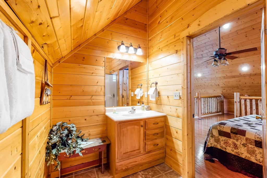Photo of a Sevierville Cabin named Puttin' On The Ritz - This is the twenty-fourth photo in the set.