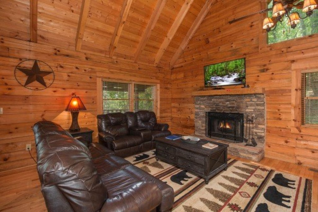 Photo of a Sevierville Cabin named Bear Mountain - This is the second photo in the set.