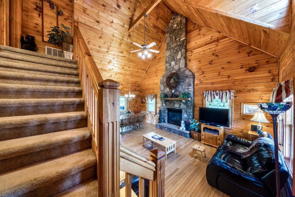 Photo of a Pigeon Forge Cabin named Arrowhead Log Cabin Resort: Papaw's Bear Den Cabin - This is the eighth photo in the set.