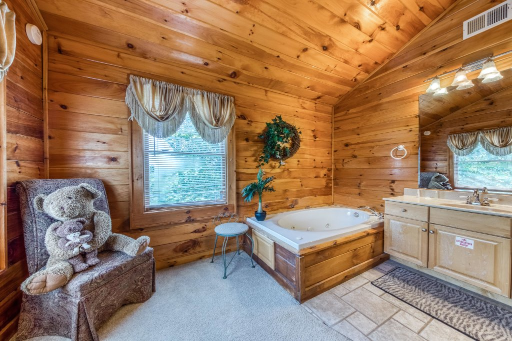 Photo of a Pigeon Forge Cabin named Arrowhead Log Cabin Resort: Papaw's Bear Den Cabin - This is the nineteenth photo in the set.