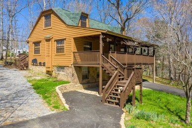 A 2 Bedroom, 2 Bathroom Luxury Cabin With A Large Yard On Easy Access Roads.