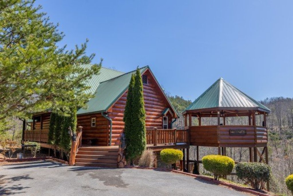 Photo of a Sevierville Cabin named Rainbow's End - This is the third photo in the set.