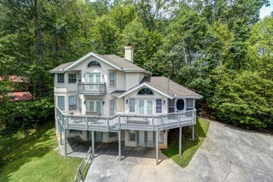 2 Bedroom, 2 Bath Modern Chalet Close To Gatlinburg With Incredible Views.