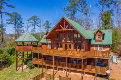 4 Bedroom, 5 Bath Luxury Cabin For 16 With An Incredible Game Loft & Views.