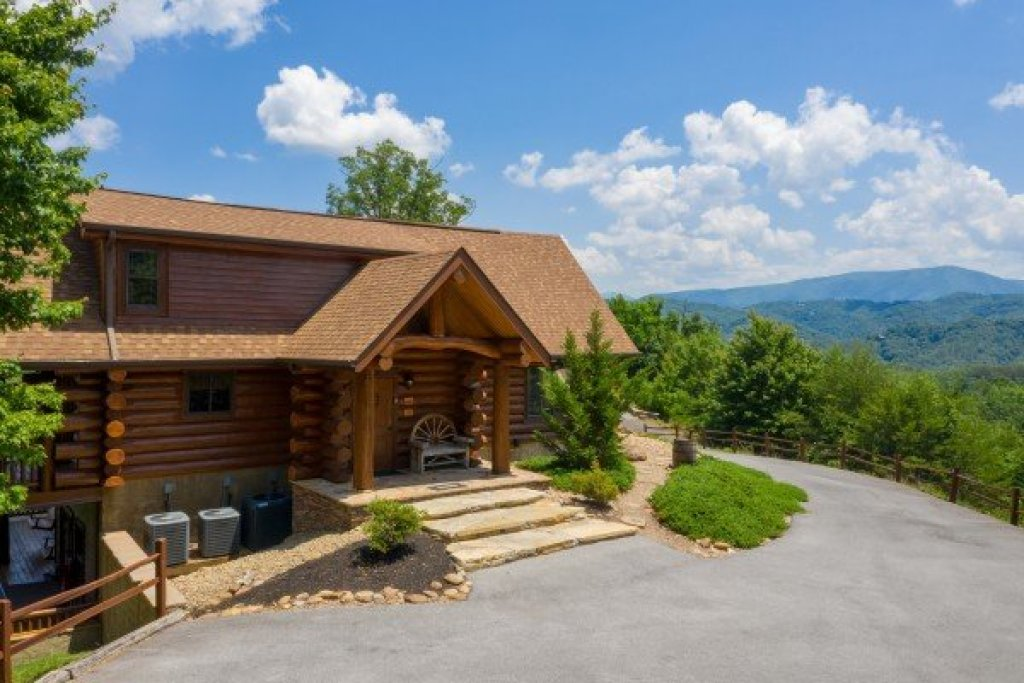 Photo of a Sevierville Cabin named God's Country - This is the third photo in the set.