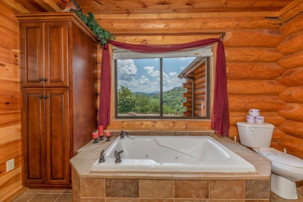 Photo of a Sevierville Cabin named God's Country - This is the twentieth photo in the set.