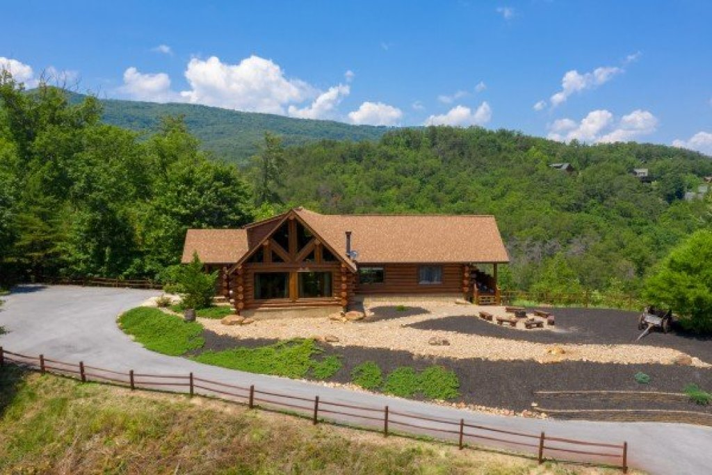 Photo of a Sevierville Cabin named God's Country - This is the second photo in the set.
