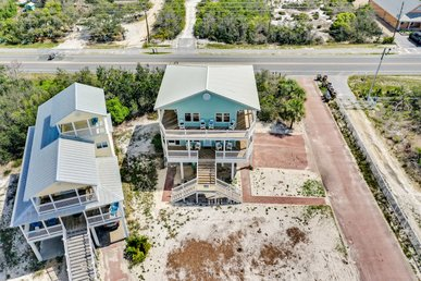 Newly Renovated Beach House With Community Swimming Pool, Steps from the Gulf