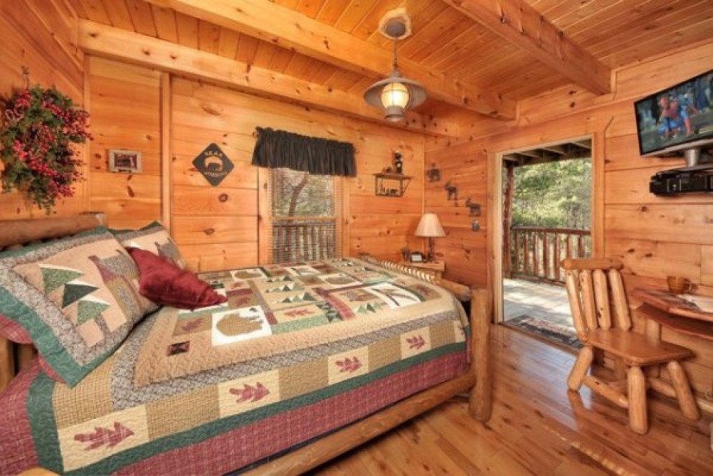 Photo of a Pigeon Forge Cabin named Hidden Hideaway - This is the eighteenth photo in the set.