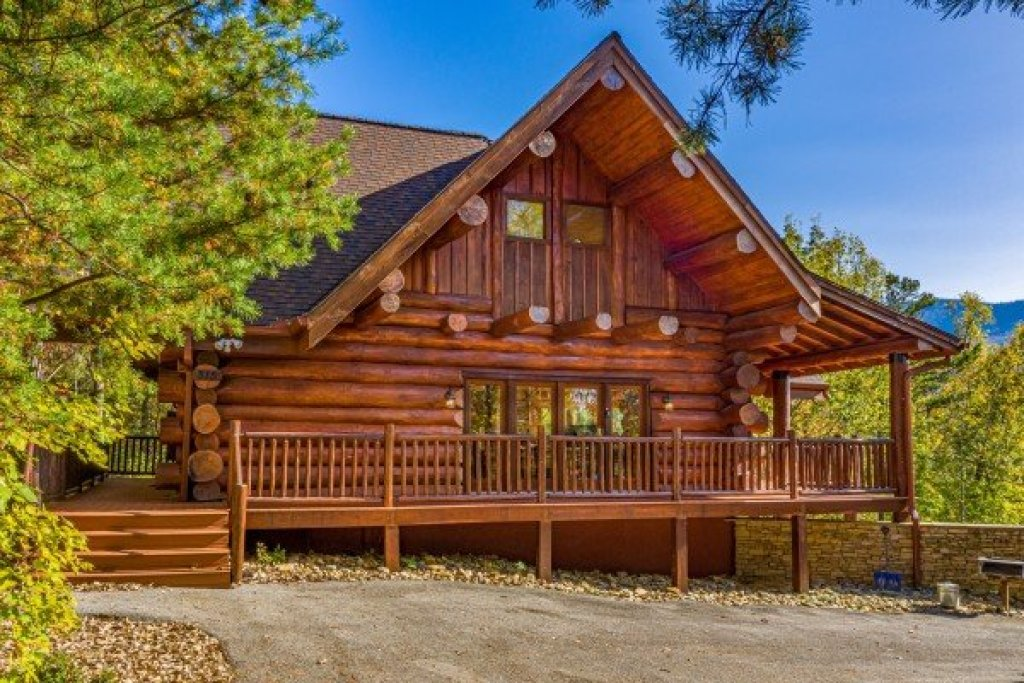 Photo of a Gatlinburg Cabin named Grizzly's Den - This is the second photo in the set.