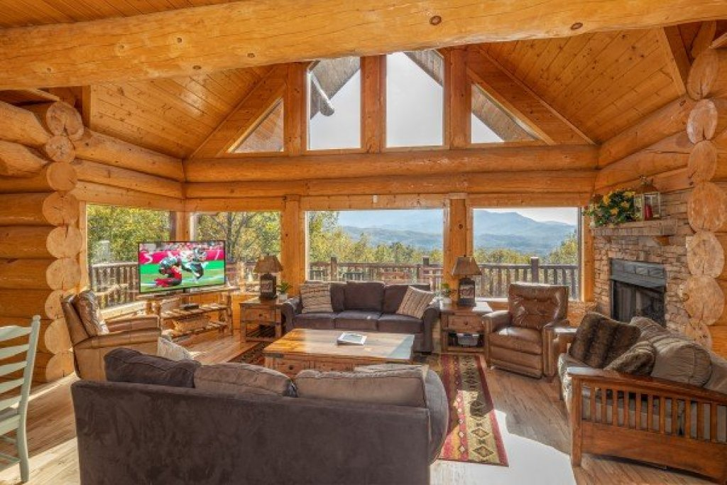 Photo of a Gatlinburg Cabin named Grizzly's Den - This is the sixth photo in the set.
