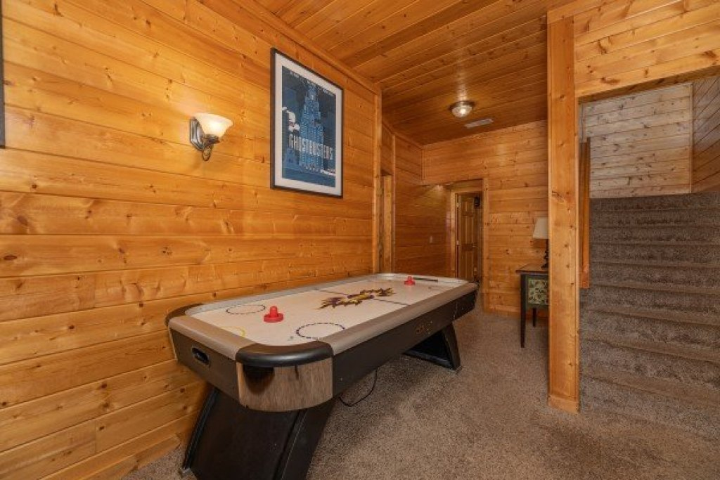 Photo of a Gatlinburg Cabin named Grizzly's Den - This is the twenty-fifth photo in the set.