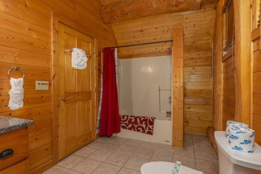 Photo of a Gatlinburg Cabin named Grizzly's Den - This is the twentieth photo in the set.