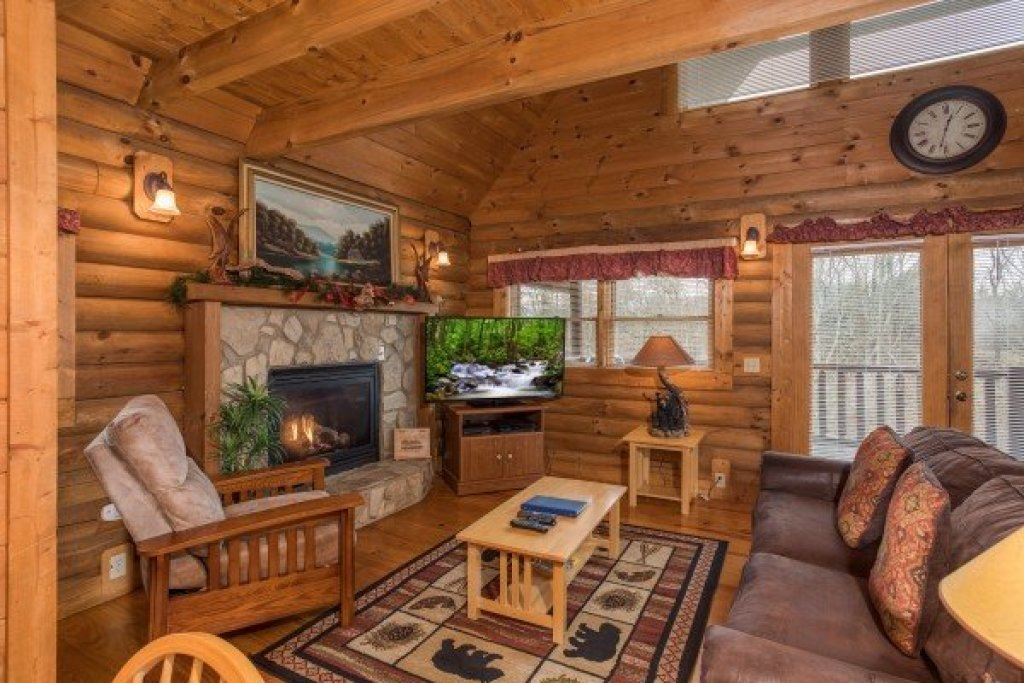 Photo of a Pigeon Forge Cabin named Hanky Panky - This is the second photo in the set.