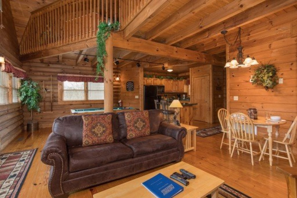 Photo of a Pigeon Forge Cabin named Hanky Panky - This is the third photo in the set.