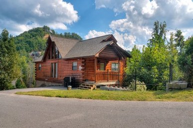 4 Bedroom, 3 Bath Luxury Cabin For 12 With A Hot Tub. Easy Access In A Resort.
