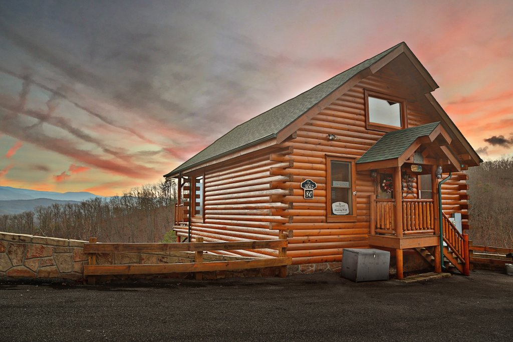 Photo of a Pigeon Forge Cabin named Howling Wolf - This is the first photo in the set.