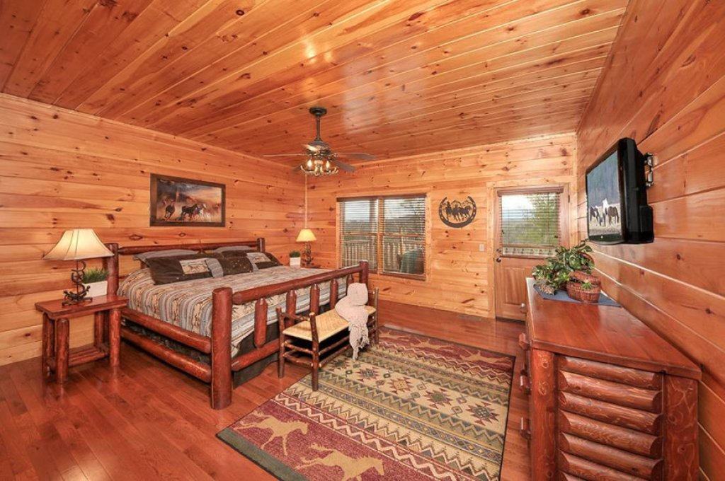Photo of a Pigeon Forge Cabin named Dancing Bear Lodge - This is the sixth photo in the set.