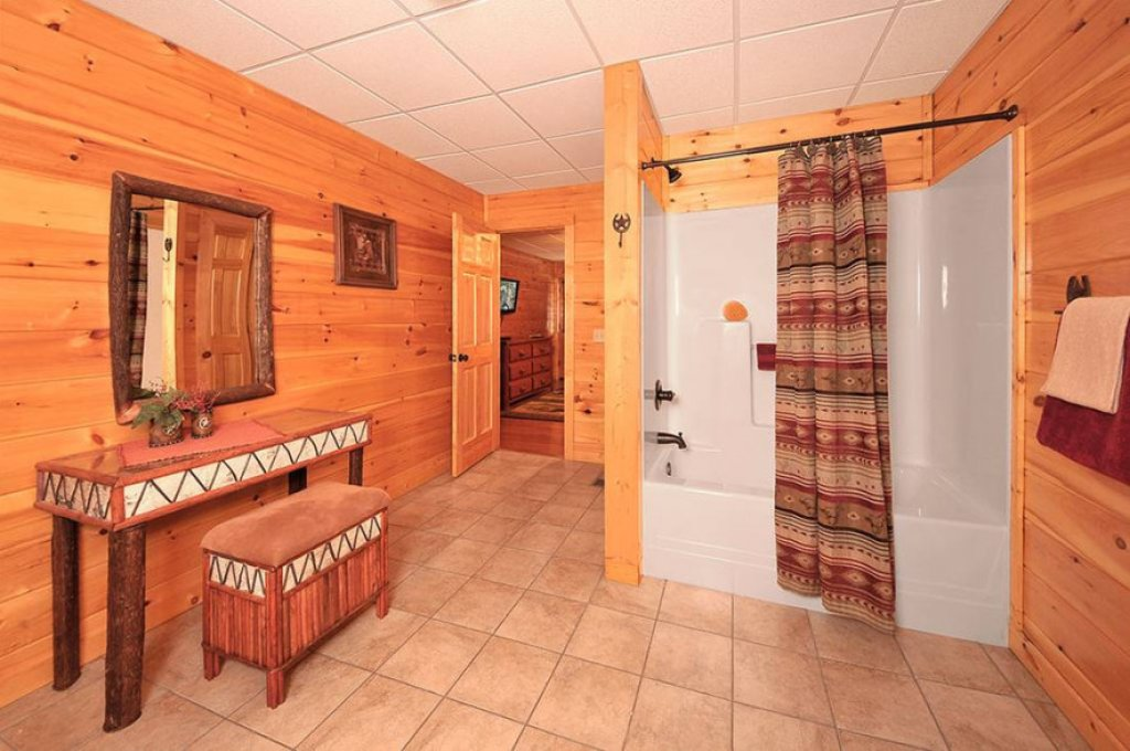 Photo of a Pigeon Forge Cabin named Dancing Bear Lodge - This is the sixteenth photo in the set.