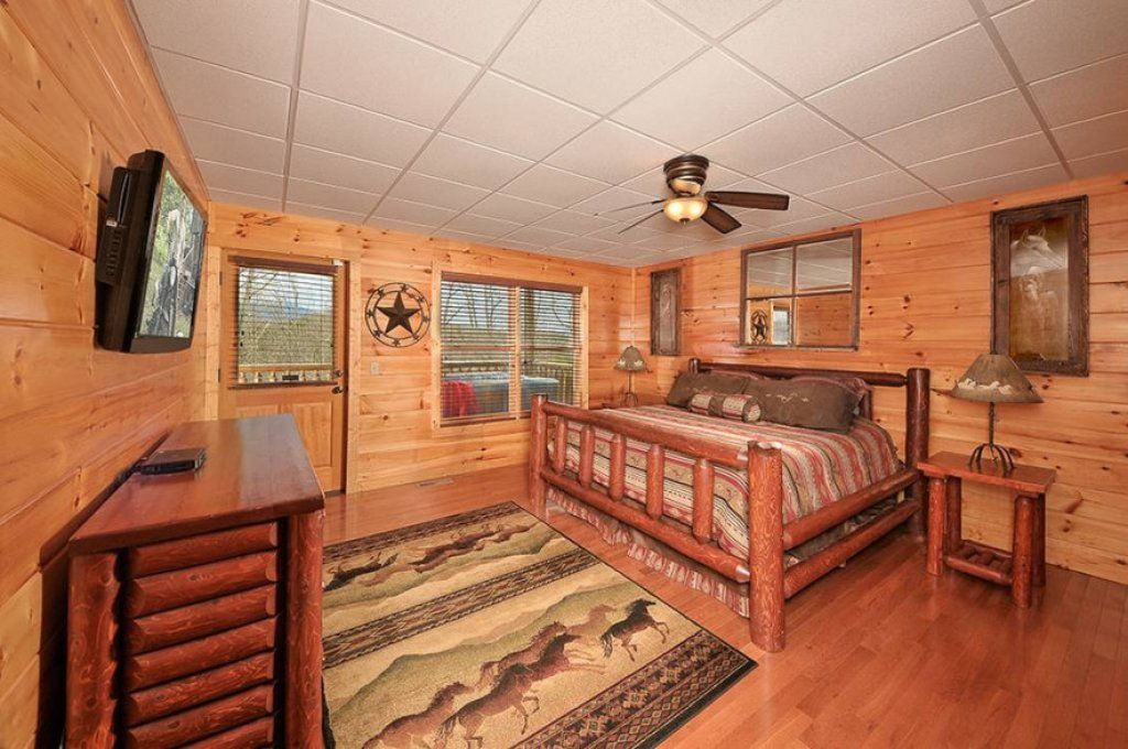 Photo of a Pigeon Forge Cabin named Dancing Bear Lodge - This is the fifteenth photo in the set.
