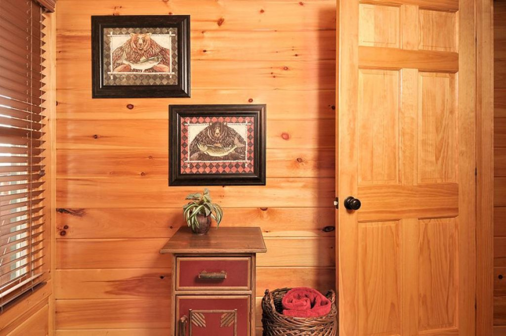 Photo of a Pigeon Forge Cabin named Dancing Bear Lodge - This is the fourteenth photo in the set.