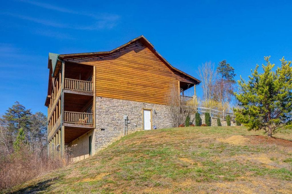 Photo of a Pigeon Forge Cabin named Dancing Bear Lodge - This is the thirty-third photo in the set.