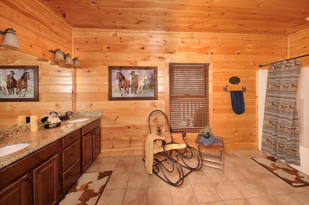 Photo of a Pigeon Forge Cabin named Dancing Bear Lodge - This is the seventh photo in the set.