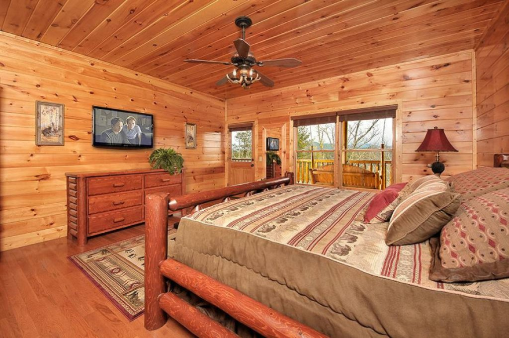 Photo of a Pigeon Forge Cabin named Dancing Bear Lodge - This is the twelfth photo in the set.