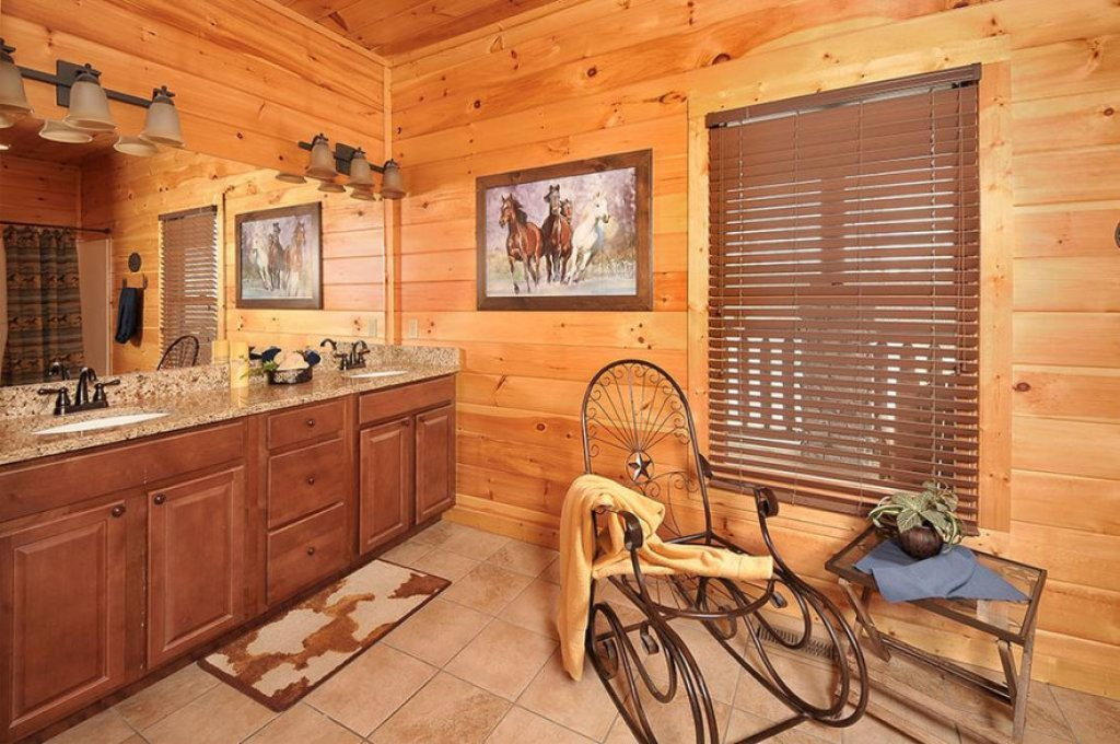 Photo of a Pigeon Forge Cabin named Dancing Bear Lodge - This is the tenth photo in the set.