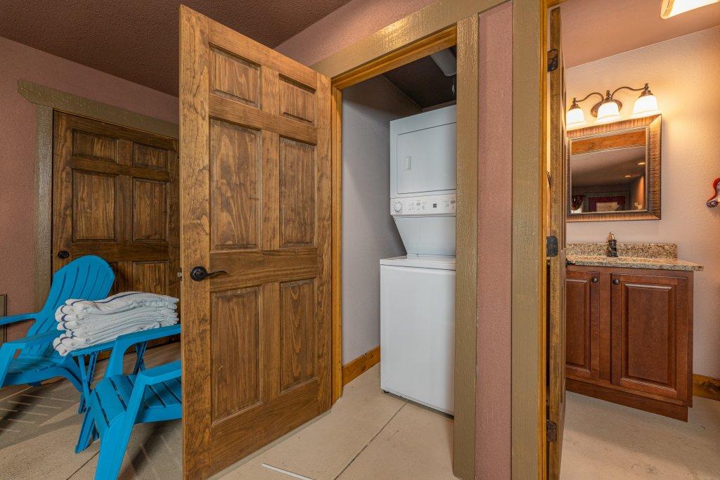 Photo of a Gatlinburg Cabin named Splash Mansion - This is the twenty-ninth photo in the set.