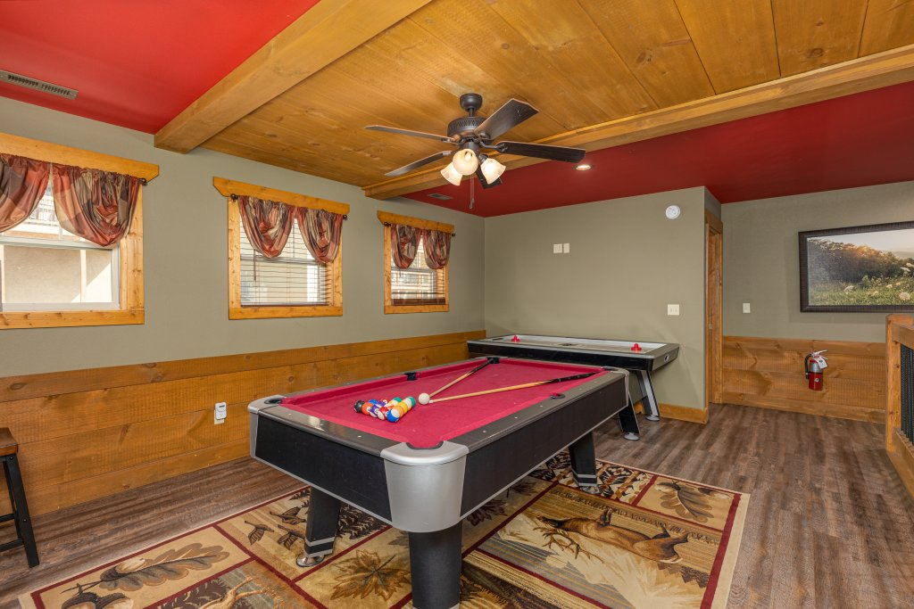 Photo of a Gatlinburg Cabin named Splash Mansion - This is the twenty-third photo in the set.