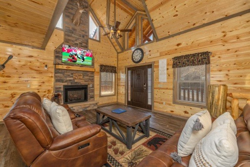 Photo of a Pigeon Forge Cabin named Everly's Splash - This is the third photo in the set.