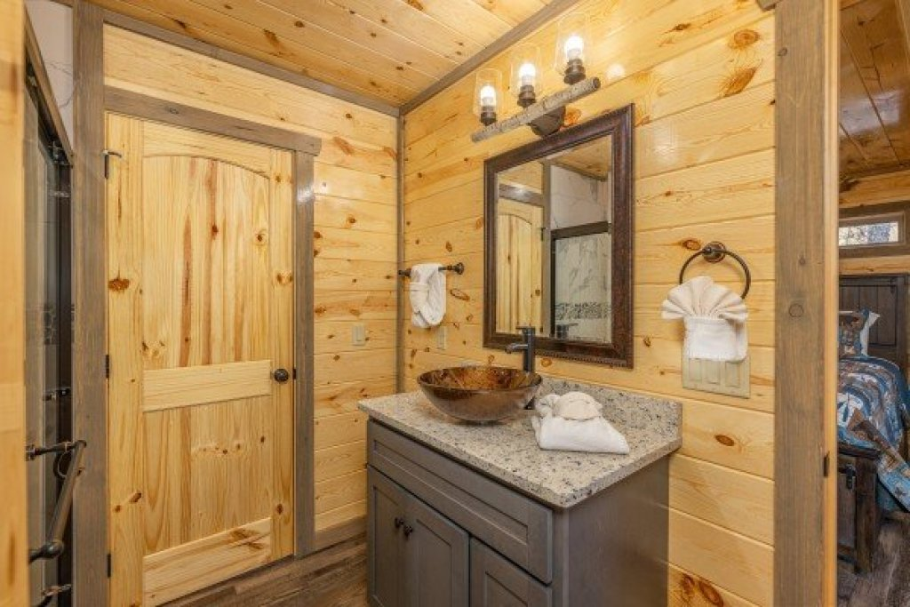 Photo of a Pigeon Forge Cabin named Everly's Splash - This is the nineteenth photo in the set.