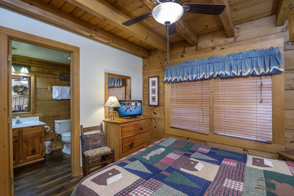 Photo of a Pigeon Forge Cabin named  Hibernation Hideaway - This is the seventy-eighth photo in the set.
