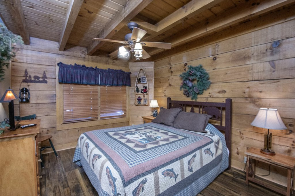 Photo of a Pigeon Forge Cabin named  Hibernation Hideaway - This is the thirtieth photo in the set.